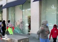 Lợi dụng biểu tình quá khích, nhiều người tranh thủ hôi của, hốt sạch đồ tại các của hàng Mỹ