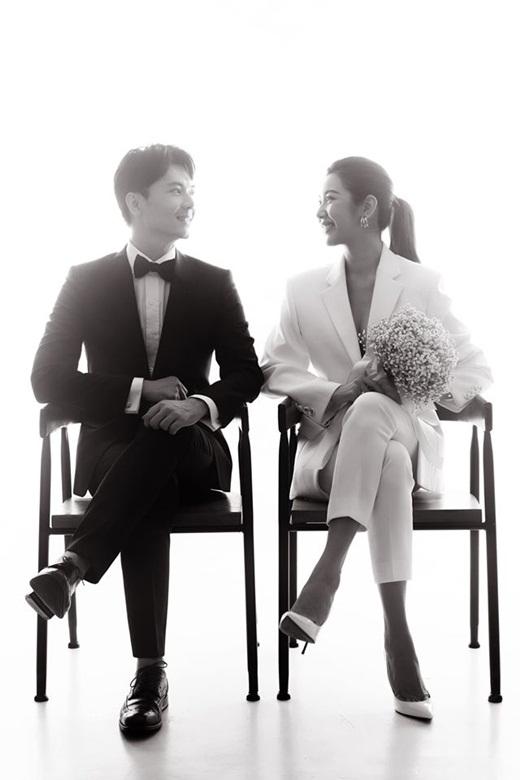 Á hậu Thúy Vân rạng rỡ khoe ảnh đăng ký kết hôn với chồng